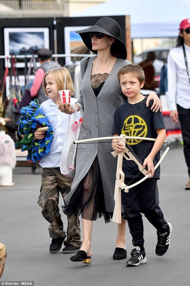 3 con ruột của Angelina Jolie và Brad Pitt: Cả bé trai lẫn gái đều nam tính, soái ca giống hệt bố - Ảnh 4.