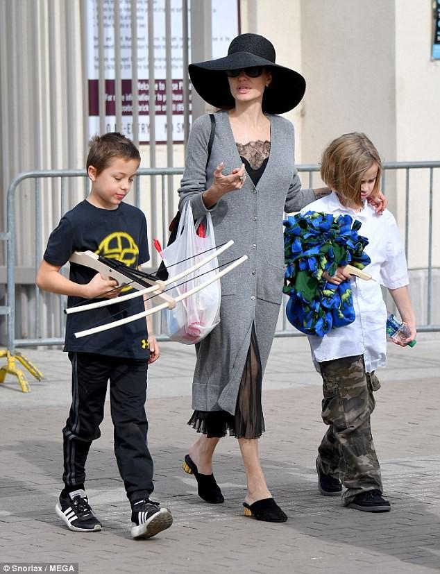3 con ruột của Angelina Jolie và Brad Pitt: Cả bé trai lẫn gái đều nam tính, soái ca giống hệt bố - Ảnh 6.