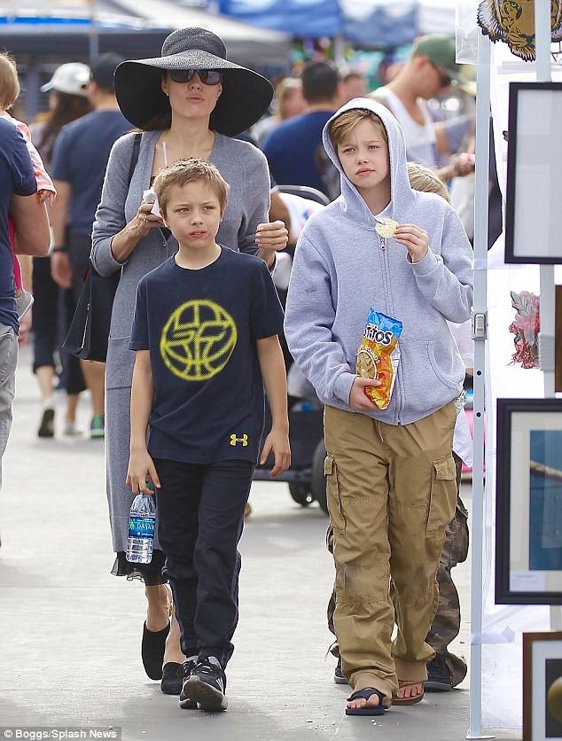 3 con ruột của Angelina Jolie và Brad Pitt: Cả bé trai lẫn gái đều nam tính, soái ca giống hệt bố - Ảnh 2.