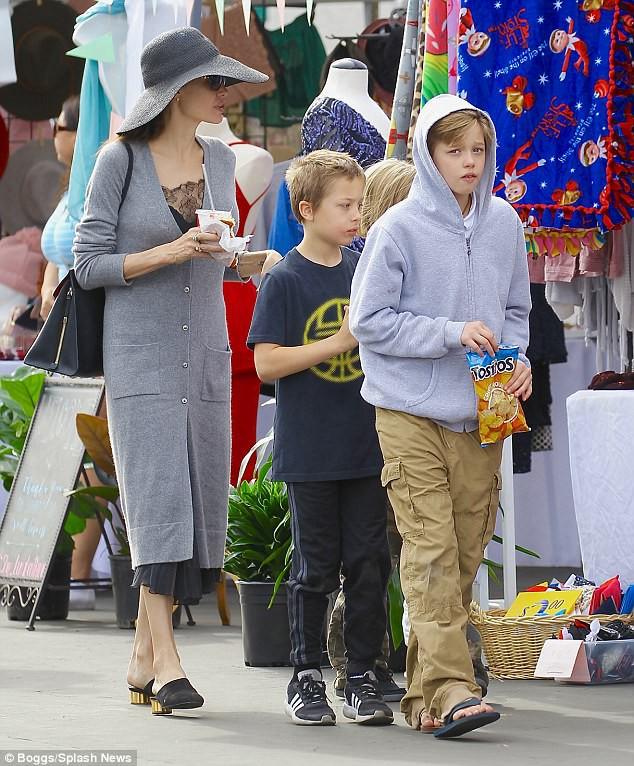 3 con ruột của Angelina Jolie và Brad Pitt: Cả bé trai lẫn gái đều nam tính, soái ca giống hệt bố - Ảnh 3.