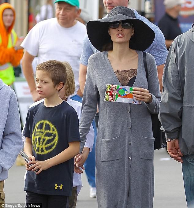 3 con ruột của Angelina Jolie và Brad Pitt: Cả bé trai lẫn gái đều nam tính, soái ca giống hệt bố - Ảnh 5.