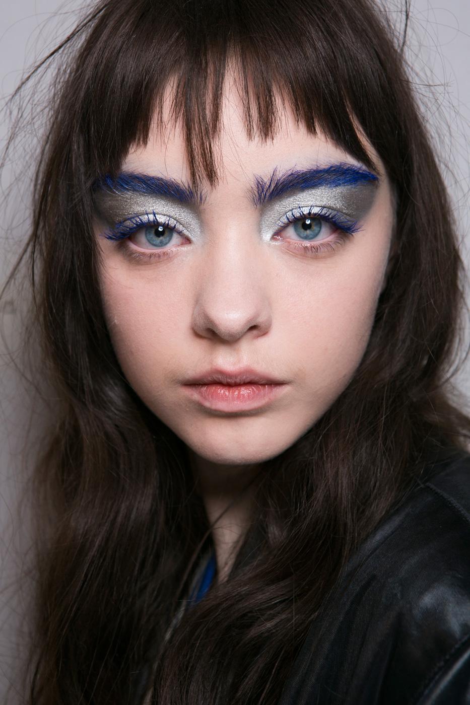 Show diễn của thương hiệu Central Saint Martins muốn truyền tải thông điệp: lông mi màu xanh đã là gì, lông mày cũng phải xanh lè mới ấn tượng!
