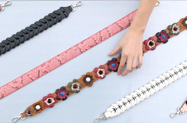 Mùa hè năm nay đeo túi là phải đeo dây bản to đính hoa thế này mới chuẩn chỉnh - Ảnh 1.