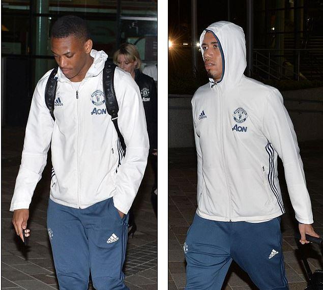 Dàn sao Man Utd mặt như đưa đám trở về Manchester, nhưng Mourinho đã ở đâu? - Ảnh 7.