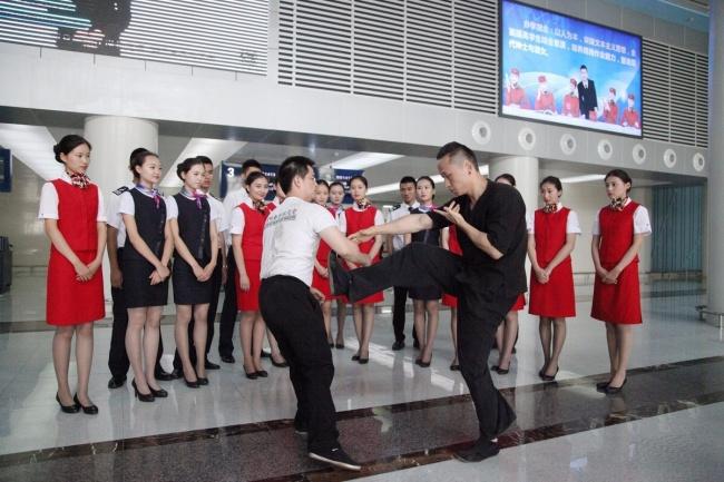 Những bài tập khó nhằn dành cho các cô gái xinh đẹp nuôi mộng làm tiếp viên hàng không ở Trung Quốc - Ảnh 9.
