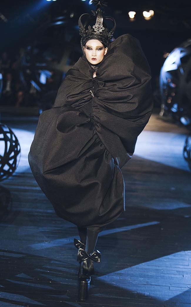 Kỳ lạ: Thiết kế mới nhất của Comme des Garçons giông giống sáng tạo của Đỗ Mạnh Cường - Ảnh 2.