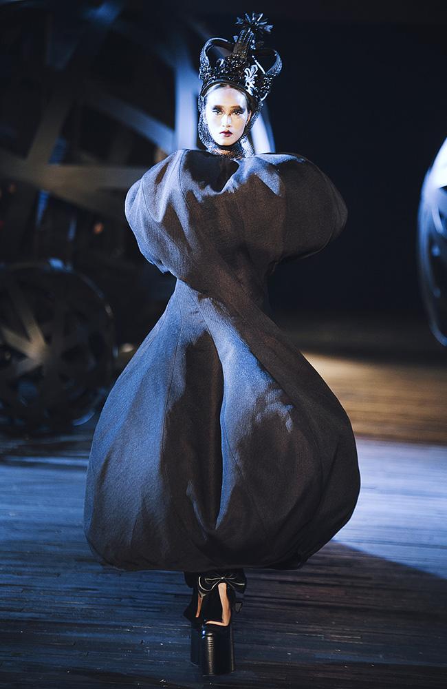 Kỳ lạ: Thiết kế mới nhất của Comme des Garçons giông giống sáng tạo của Đỗ Mạnh Cường - Ảnh 3.