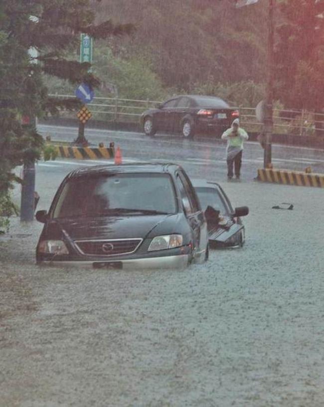 Người dân Đài Loan chật vật đối mặt với ngập úng khắp nơi bởi trận mưa lớn kỷ lục trong 17 năm qua 1