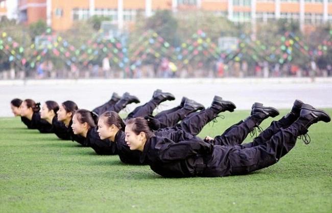 Những bài tập khó nhằn dành cho các cô gái xinh đẹp nuôi mộng làm tiếp viên hàng không ở Trung Quốc - Ảnh 11.