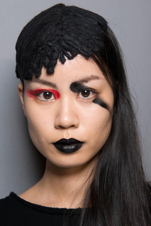 Kiểu makeup đậm chất ngẫu hứng với làn môi đen sì trong show diễn của Yoji Yamamoto được lấy cảm hứng từ hình ảnh võ sĩ Samurai.