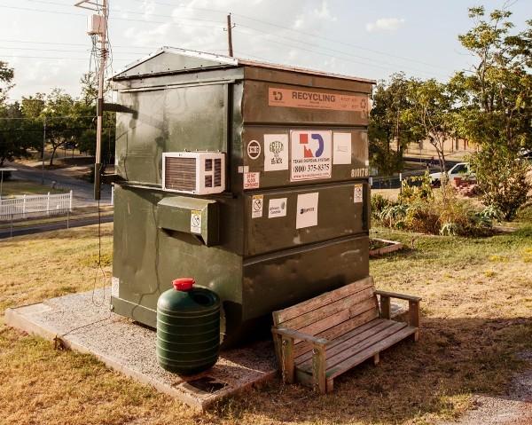 Chàng thanh niên sống sang chảnh trong thùng rác - Ảnh 6.