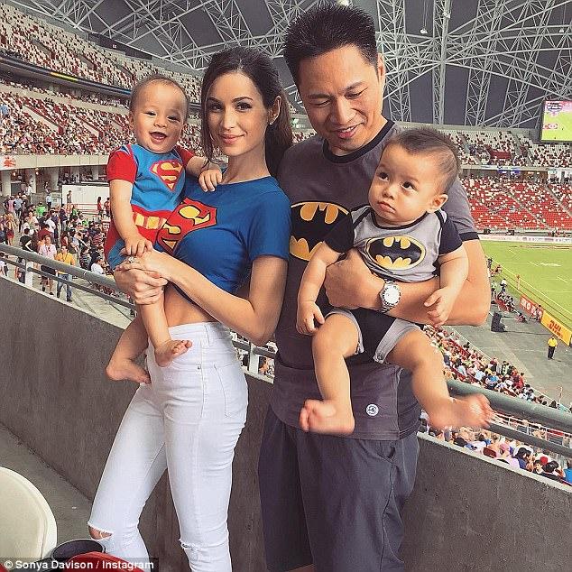 Bà mẹ bỉm sữa Singapore gây bão Facebook Việt vì vẻ đẹp quá gợi cảm, về dáng chỉ 3 tuần sau khi sinh đôi 7