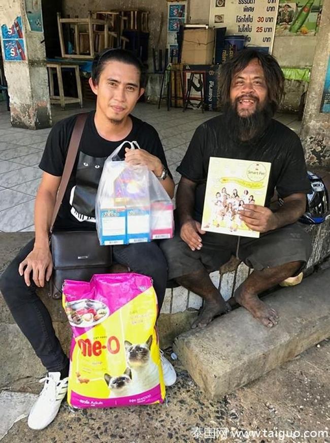 Sống lang bạt khắp nơi, nhưng người đàn ông vô gia cư vẫn nhịn đói đi bán chanh để kiếm tiền nuôi lũ mèo hoang 8