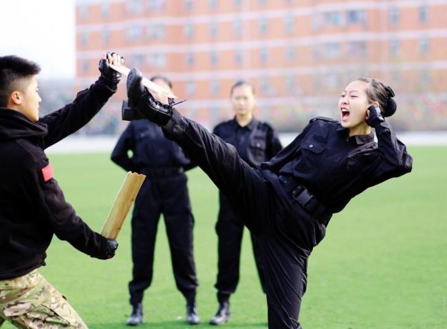 Những bài tập khó nhằn dành cho các cô gái xinh đẹp nuôi mộng làm tiếp viên hàng không ở Trung Quốc - Ảnh 13.
