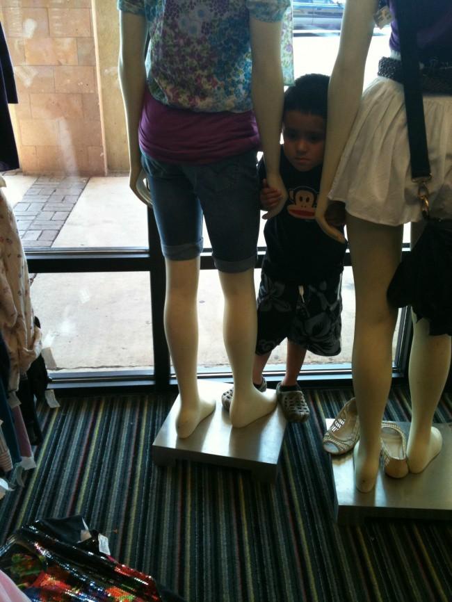 Nỗi khổ tâm của những ông bố, bà mẹ phải cho con đi shopping cùng - Ảnh 13.