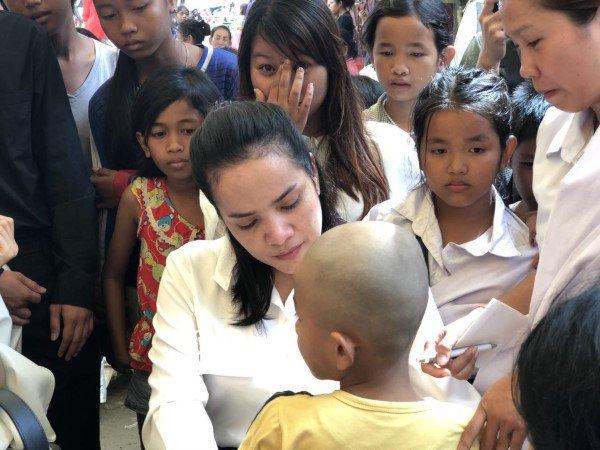 Đám tang Á quân The Voice Campuchia bị chồng bắn chết: Hai con thơ dại và bạn trai tin đồn đến đưa tiễn - Ảnh 7.