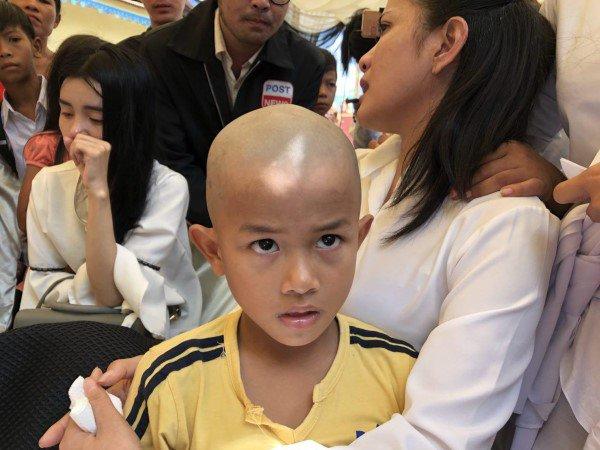Đám tang Á quân The Voice Campuchia bị chồng bắn chết: Hai con thơ dại và bạn trai tin đồn đến đưa tiễn - Ảnh 5.