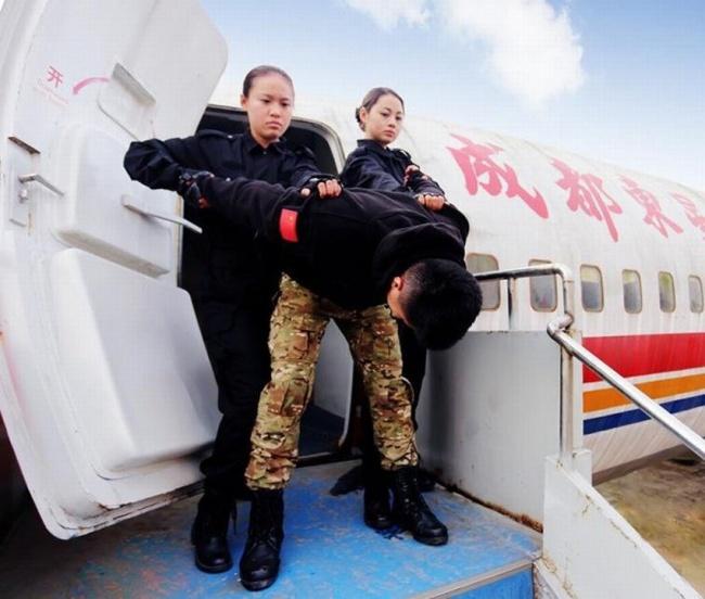 Những bài tập khó nhằn dành cho các cô gái xinh đẹp nuôi mộng làm tiếp viên hàng không ở Trung Quốc - Ảnh 15.