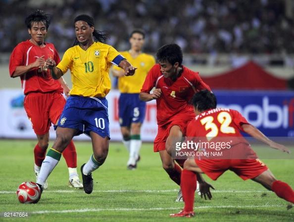 Đại gia V.League muốn chiêu mộ Ronaldinho - Ảnh 2.