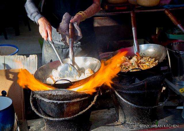 Món trứng rán đáng thử nhất Bangkok: Quán vỉa hè, giá 500.000 đồng/đĩa mà vẫn đông khách - Ảnh 8.
