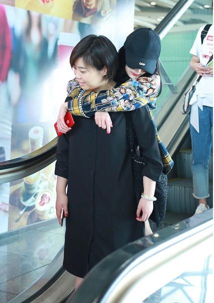 Dương Mịch nhõng nhẽo, ôm chặt trợ lý tại sân bay - Ảnh 3.