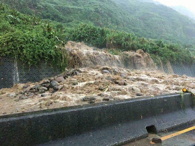 Người dân Đài Loan chật vật đối mặt với ngập úng khắp nơi bởi trận mưa lớn kỷ lục trong 17 năm qua 13