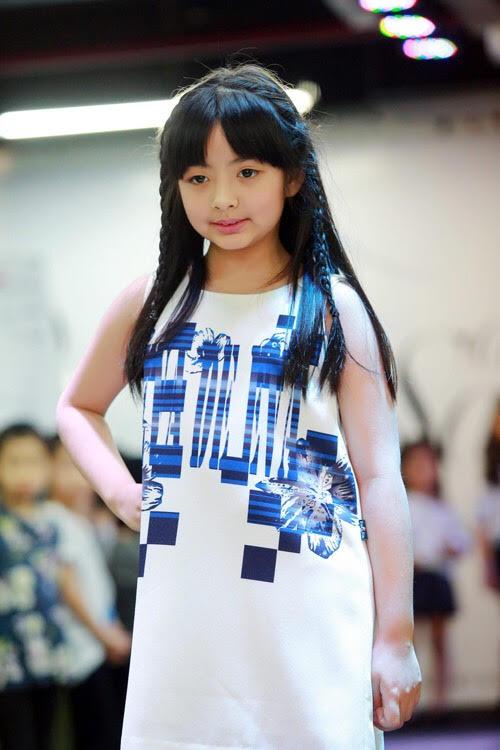 Tự tin catwalk, con gái 9 tuổi của siêu mẫu Thuý Hằng gây chú ý vì cực giống Kaity Nguyễn - Ảnh 6.