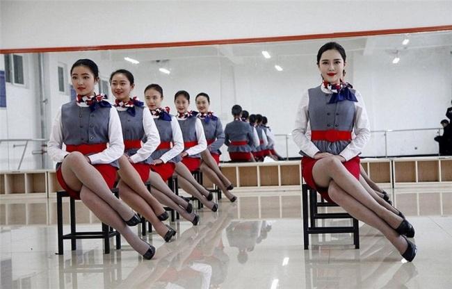 Những bài tập khó nhằn dành cho các cô gái xinh đẹp nuôi mộng làm tiếp viên hàng không ở Trung Quốc - Ảnh 17.
