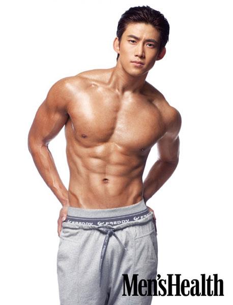 """Thành viên Taecyeon của 2PM từng có màn nhảy theo ca khúc """"Love Song"""" của Bi Rain khá sexy trong """"Family Outing"""". Anh chàng cũng khoe cả cơ bụng 6 múi."""