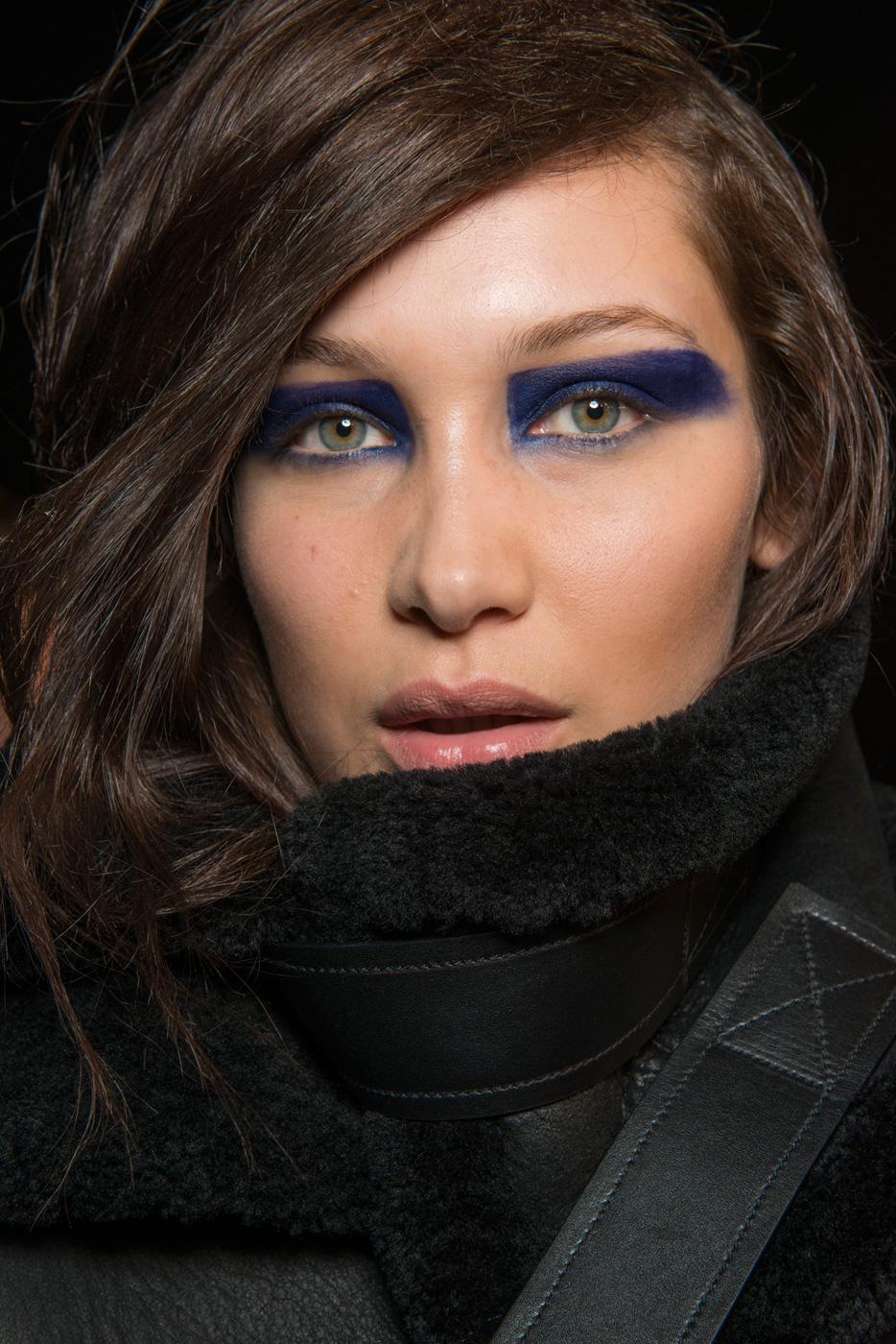 Không biết nhân vật siêu anh hùng hay đạo chích đã trở thành nguồn cơn cho kiểu makeup mắt ngộ nghĩnh này của Versus Versace?