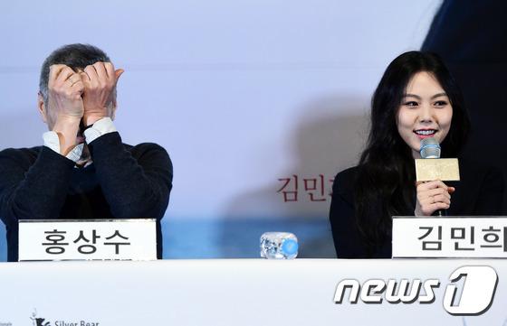 Sau khi bỏ vợ, đạo diễn già đeo nhẫn đôi và tỏ tình công khai với Kim Min Hee tại sự kiện - Ảnh 12.