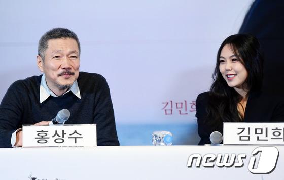 Sau khi bỏ vợ, đạo diễn già đeo nhẫn đôi và tỏ tình công khai với Kim Min Hee tại sự kiện - Ảnh 10.