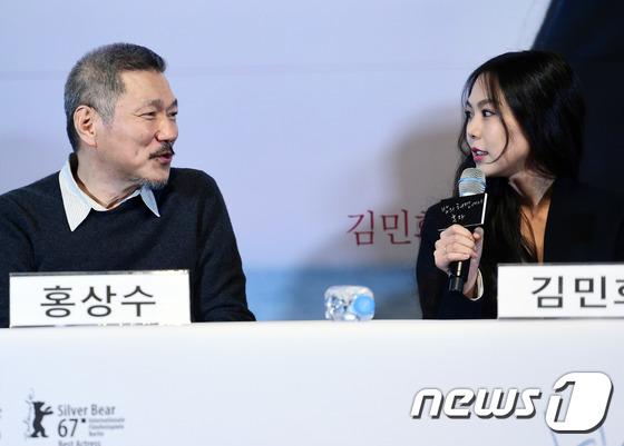 Sau khi bỏ vợ, đạo diễn già đeo nhẫn đôi và tỏ tình công khai với Kim Min Hee tại sự kiện - Ảnh 11.