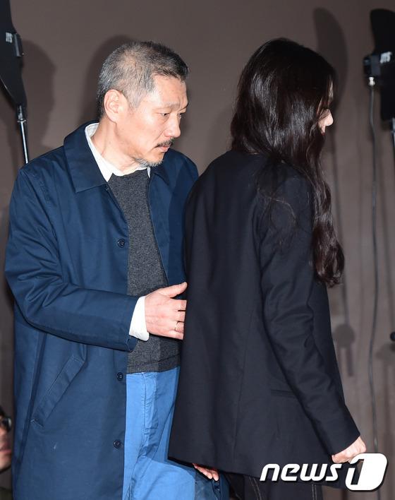 Sau khi bỏ vợ, đạo diễn già đeo nhẫn đôi và tỏ tình công khai với Kim Min Hee tại sự kiện - Ảnh 5.