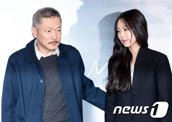 Sau khi bỏ vợ, đạo diễn già đeo nhẫn đôi và tỏ tình công khai với Kim Min Hee tại sự kiện - Ảnh 6.
