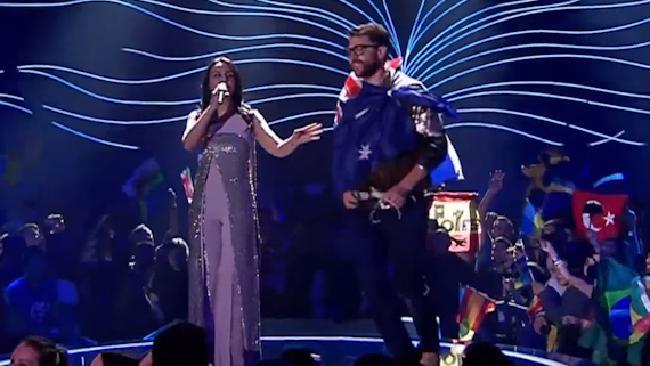 Nhà báo chuyên quấy rối sao xông lên khoe trọn vòng 3 trên sân khấu Eurovision 2017 - Ảnh 1.
