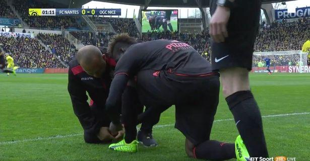 Sốt ruột nhìn cảnh Balotelli mất toi hơn 2 phút loay hoay buộc giây dày - Ảnh 2.