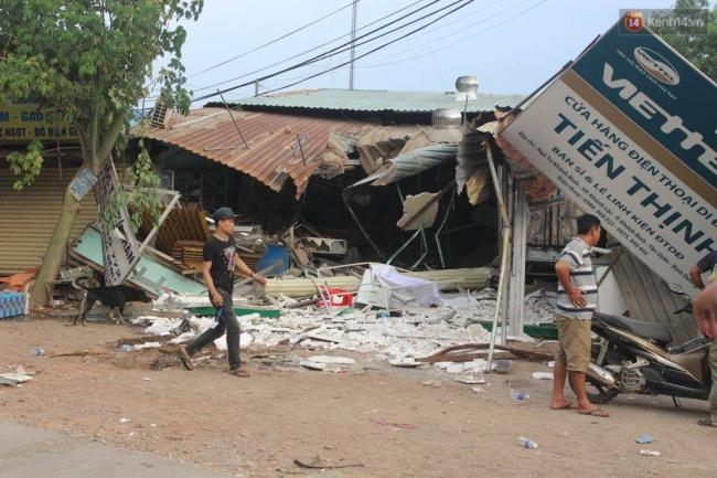 Bình Dương: Xe ben húc đuôi xe tải rồi đâm sập nhà dân, 5 người nguy kịch