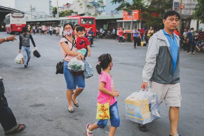 Kết thúc 4 ngày nghỉ lễ, người dân lỉnh kỉnh đồ đạc quay lại Hà Nội và Sài Gòn - Ảnh 24.