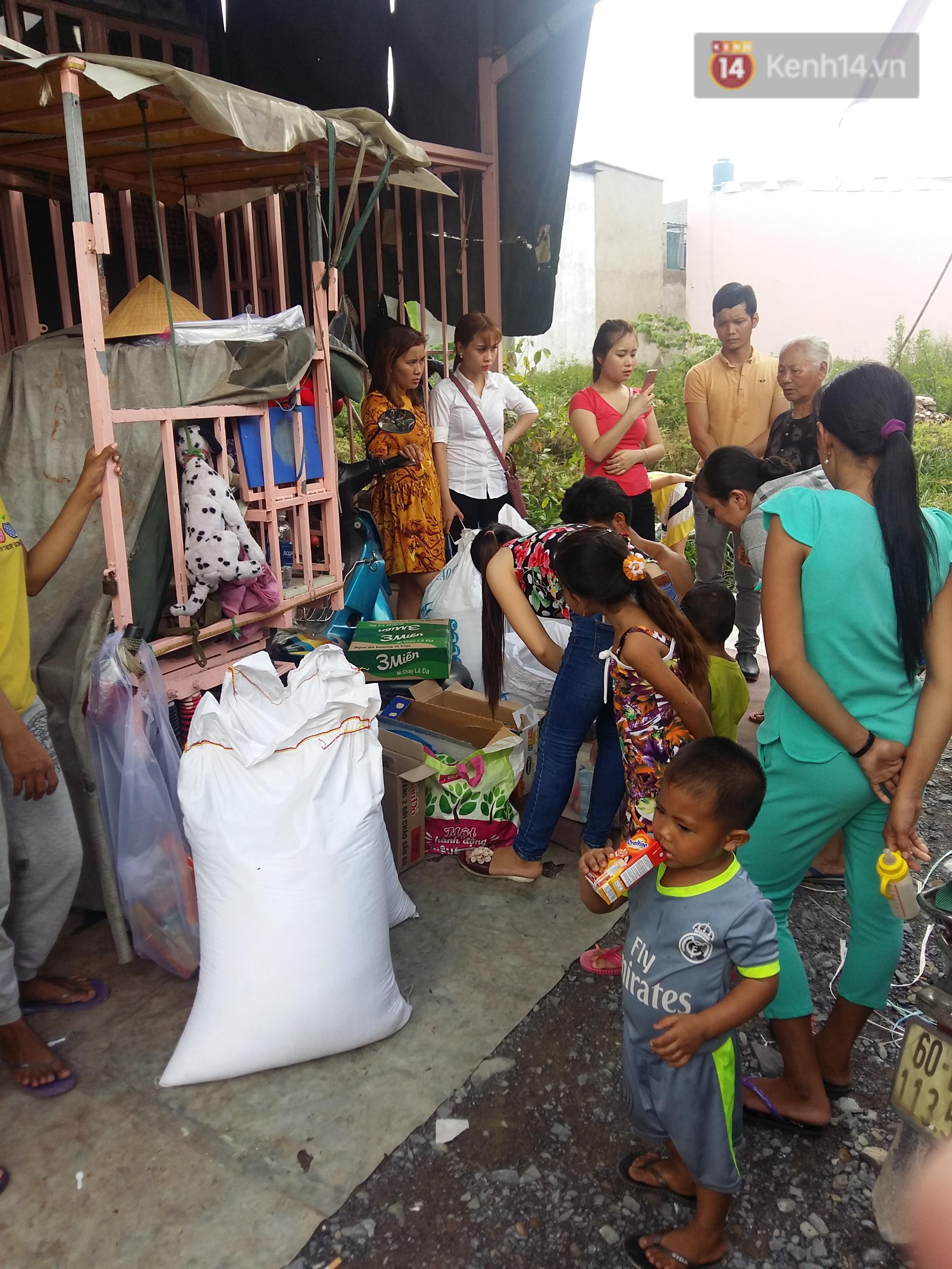 Đời sống: Người cha có 2 con bại não bất ngờ phát gạo từ thiện cho người dân nghèo ở xung quanh