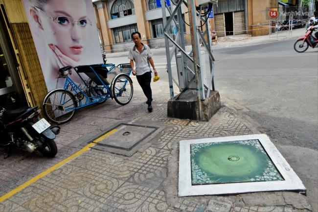Nhìn những bức tranh trên nắp cống ở Sài Gòn đẹp như thế này, không ai nỡ xả rác nữa! - Ảnh 6.