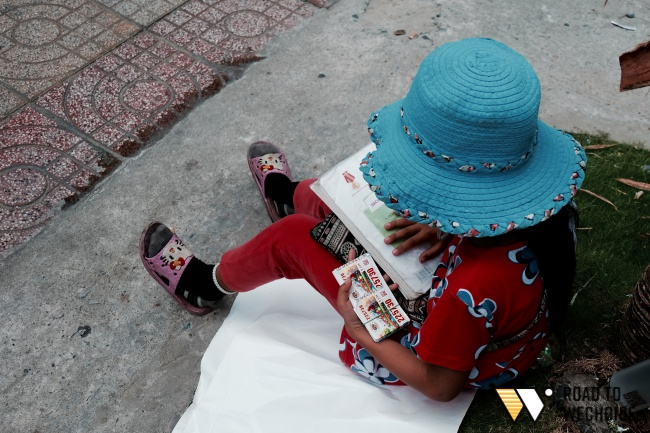 Anh nhân viên ngân hàng dành giờ nghỉ trưa mỗi ngày để dạy chữ cho cô bé vé số ngay trên vỉa hè Sài Gòn - Ảnh 7.