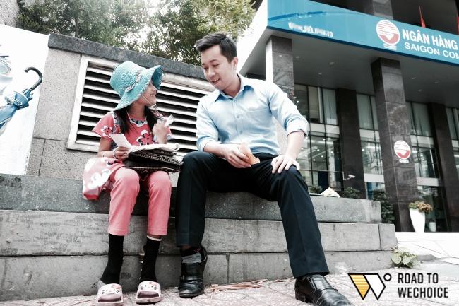 Anh nhân viên ngân hàng dành giờ nghỉ trưa mỗi ngày để dạy chữ cho cô bé vé số ngay trên vỉa hè Sài Gòn - Ảnh 11.