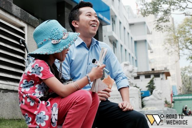 Anh nhân viên ngân hàng dành giờ nghỉ trưa mỗi ngày để dạy chữ cho cô bé vé số ngay trên vỉa hè Sài Gòn - Ảnh 8.