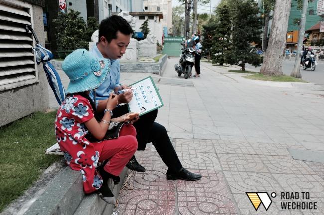 Anh nhân viên ngân hàng dành giờ nghỉ trưa mỗi ngày để dạy chữ cho cô bé vé số ngay trên vỉa hè Sài Gòn - Ảnh 13.