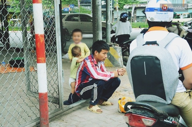"""Đời sống: Gặp người chồng """"bị vợ bỏ, đưa 2 con trai đi ăn xin"""" ở Hà Nội gây xôn xao trên MXH"""