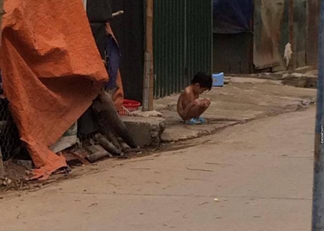 Người thân của bé gái bị bắt cởi hết đồ đứng ngoài mưa rét: Ngày nào mẹ con bé cũng lột trần nó ra đánh - Ảnh 2.