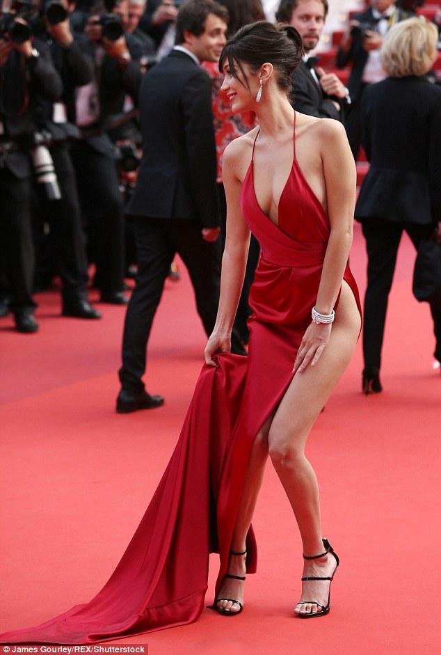 Siêu mẫu Bella Hadid diện váy xẻ để lộ nội y trên thảm đỏ LHP Cannes - Ảnh 7.