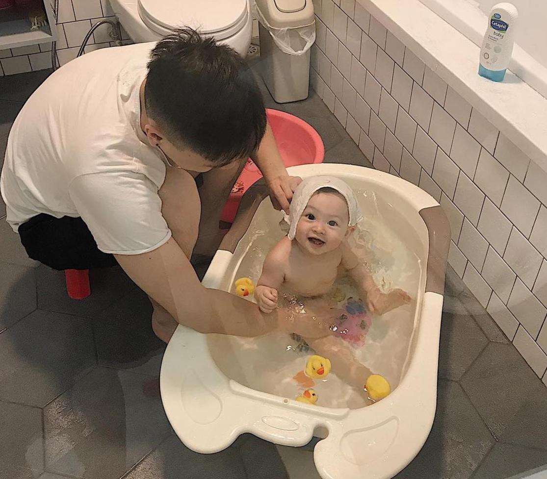 Mẹo nuôi con: Ai cũng muốn có con gái như Heo Mi nhon: Thấy mẹ kêu đau bụng khóc òa lên nhưng rồi mải chơi lại... quên mất