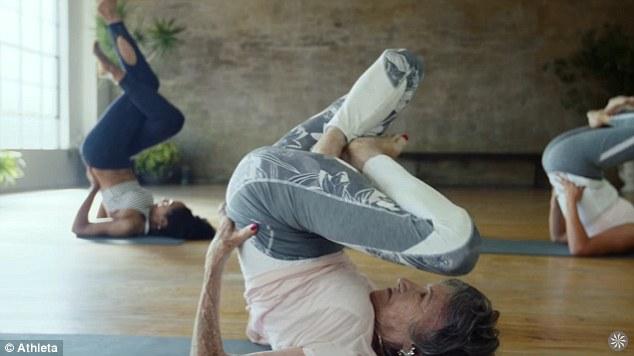 Cụ bà trăm tuổi tập yoga dẻo dai hơn cả thanh niên - Ảnh 3.